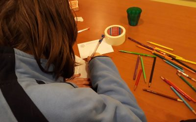 Tieners schrijven kaartjes aan oudere parochianen