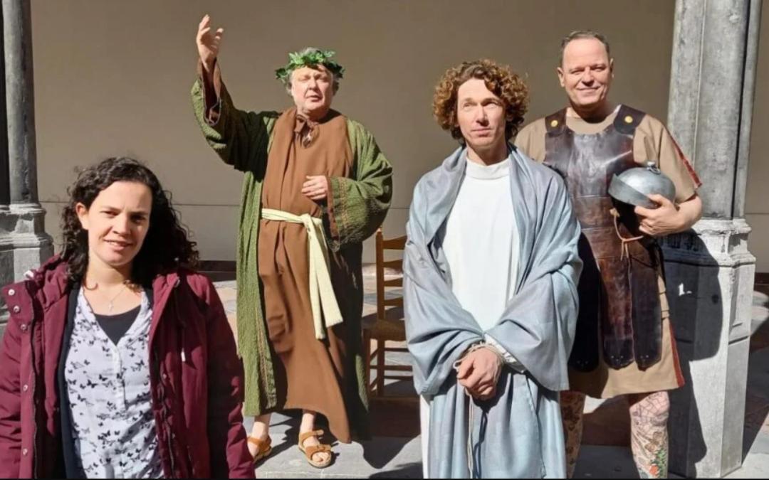 Bijbelse taferelen: Bergse binnenstad decor van paasfilm